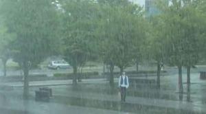 Pria dalam hujan
