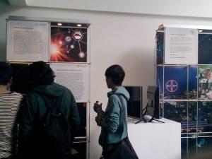 Beberapa mahasiwa tengah melihat pameran.