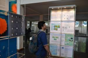 Mahasiwa Tengah Serius Membaca Informasi di Pameran Sains dan Teknologi di ITB Bandung